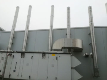 Filteranlagen an Fabrikgebäude
